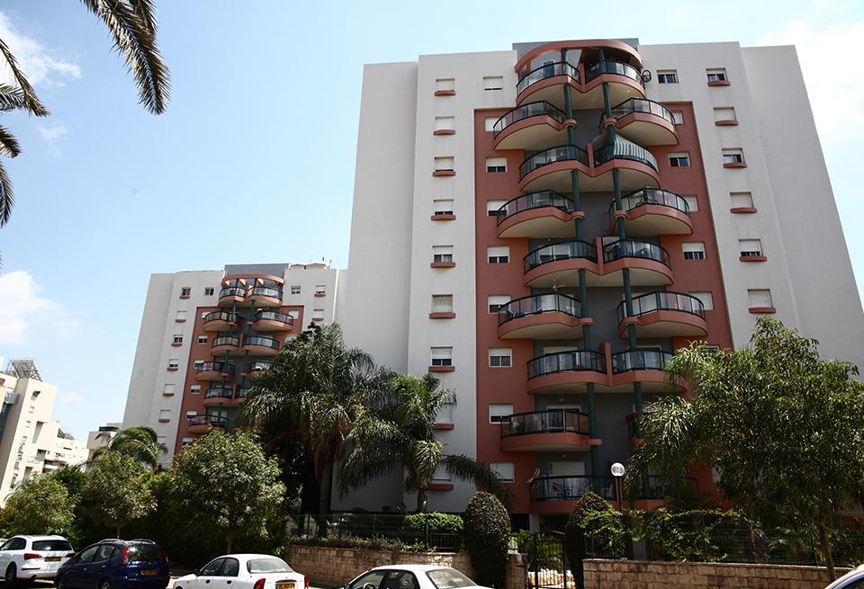 חזית בניין מגורים אדום